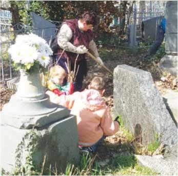 Библиотекарь села Фруктовое Т.Л. Спахова во время уборки родового захоронения Алексиано